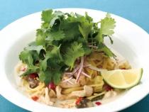 〈キハチ カフェ〉鶏肉とセロリ、マッシュルームのタイ風グリーンカレースパゲッティ