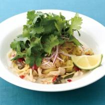 〈キハチ カフェ〉【今月のおすすめメニュー】鶏肉とセロリ、マッシュルームのタイ風グリーンカレースパゲッティ
