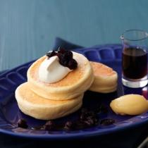 〈キハチ カフェ〉【今月のフェアメニュー】リコッタ・チーズのパンケーキ~ブルーベリーの自家製ジャム~