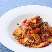 〈キハチ カフェ〉【今月のマンスリーメニュー】黄色ズッキーニとサルシッチャのトマトスパゲッティ